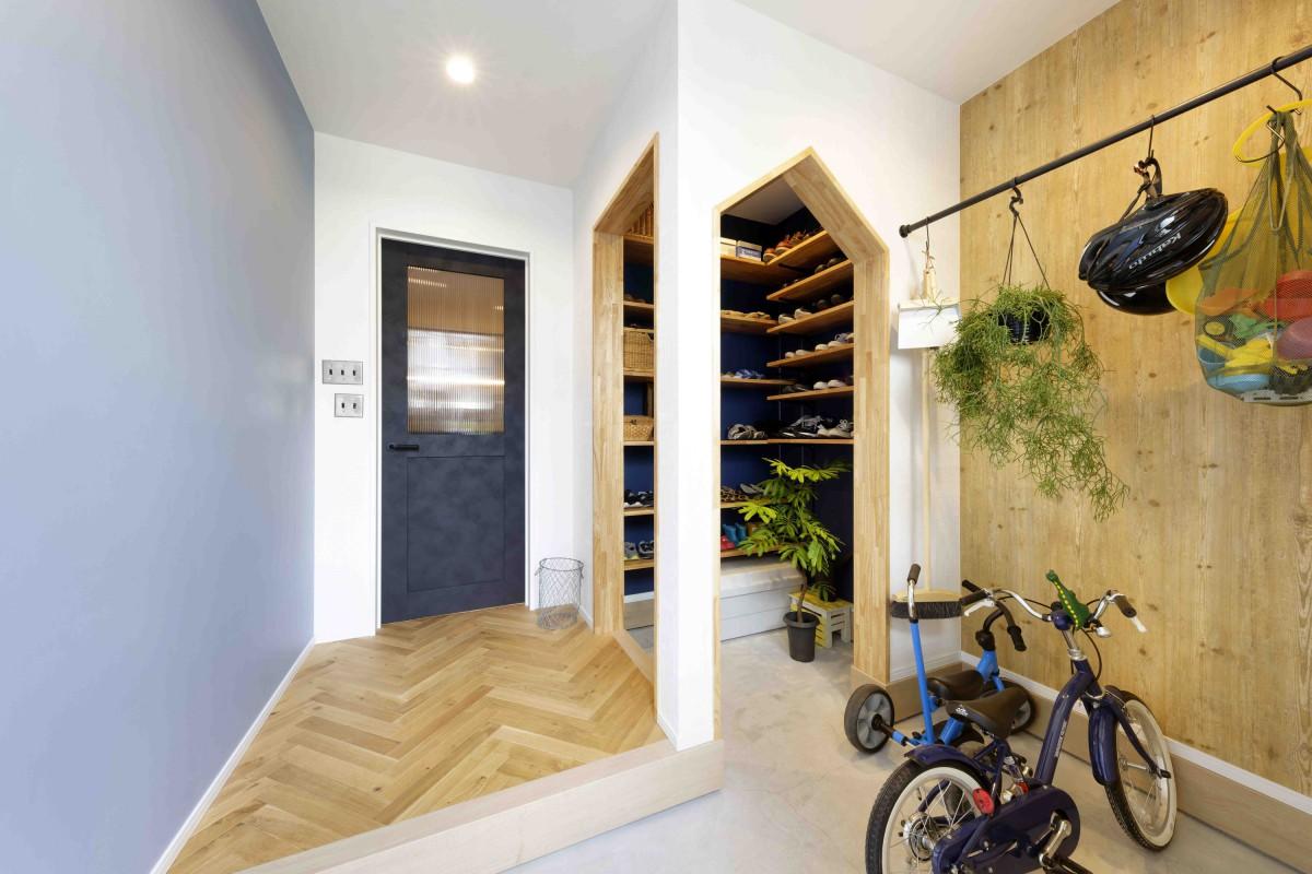 三角の垂れ壁がかわいいシューズインクローゼットには、お気に入りの靴をディスプレイ。壁紙もドアと同じ青色に合わせて統一感を。