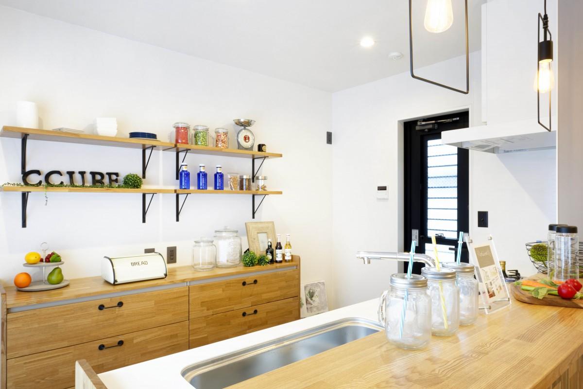 キッチン背面の収納も大工さんの手づくりで統一感を。