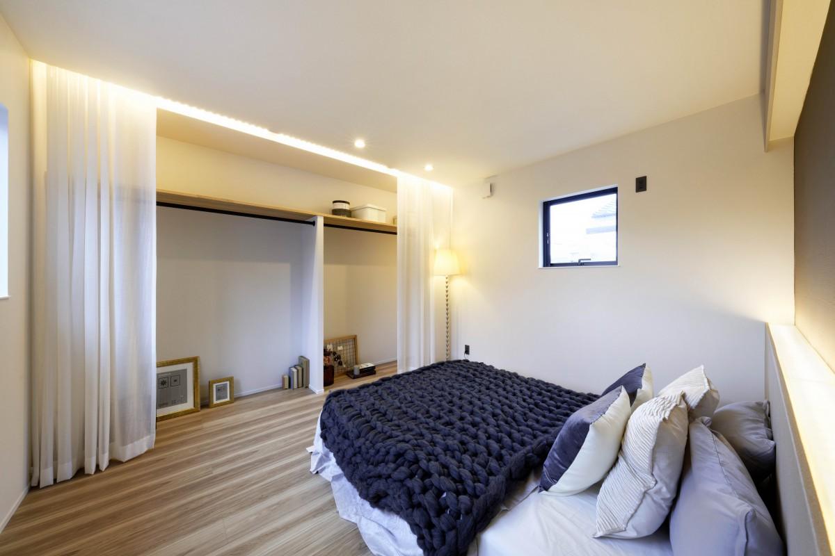 洋服を飾りながら収納できるラグジュアリーな寝室。
