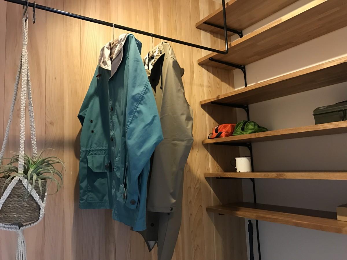 カッパやコート、寝袋までも干せる3帖の土間 靴も飾って見せる収納に