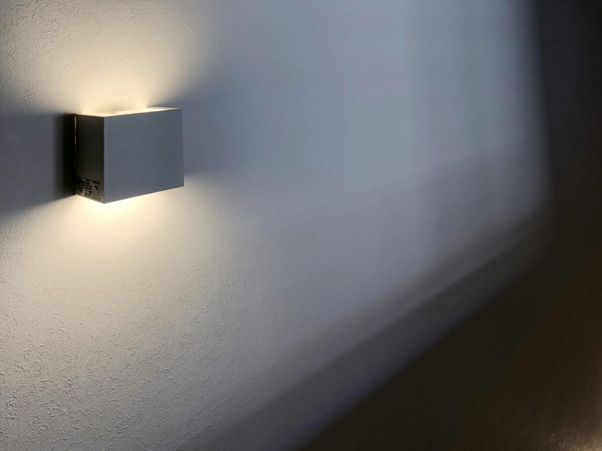 照明一つで階段室がおしゃれに