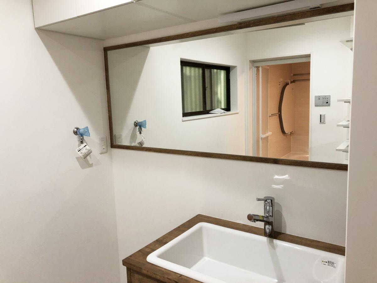 横長の洗面鏡で空間を広く見せる