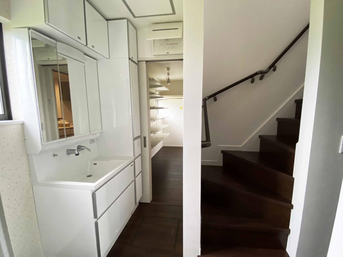 ゆとりのある空間へと脱衣所兼洗面所に間取り変更。