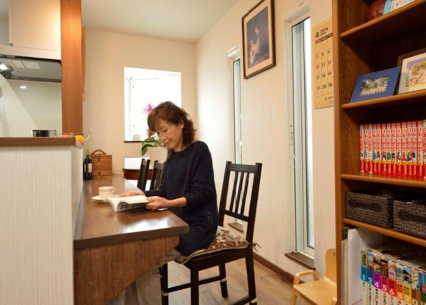 読書やちょっとした書き物がしやすいキッチン前のデスクコーナー