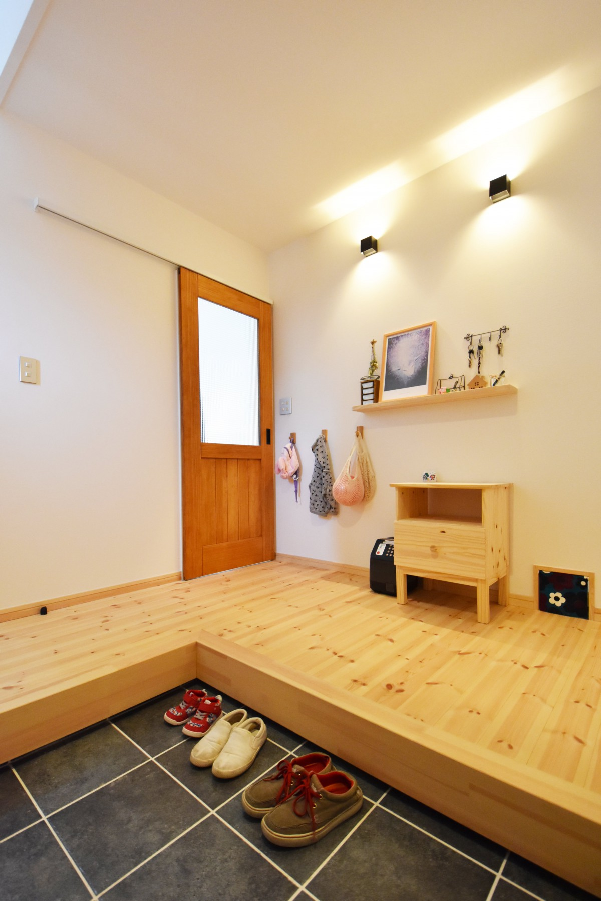 自然素材のパインの床と無垢のドアがあたたかい室内を演出。