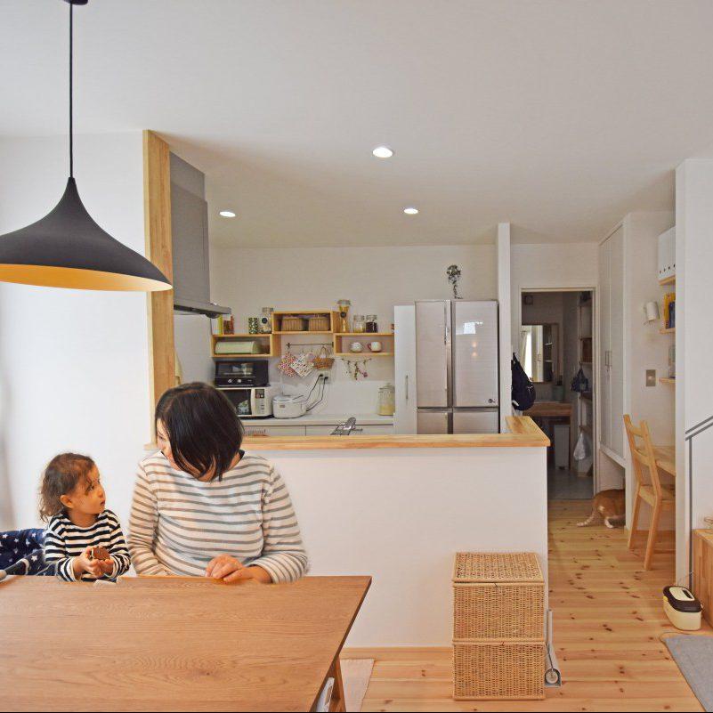 キッチンの後には食器や雑貨を飾って楽しむ、大工さん手作りの収納棚。