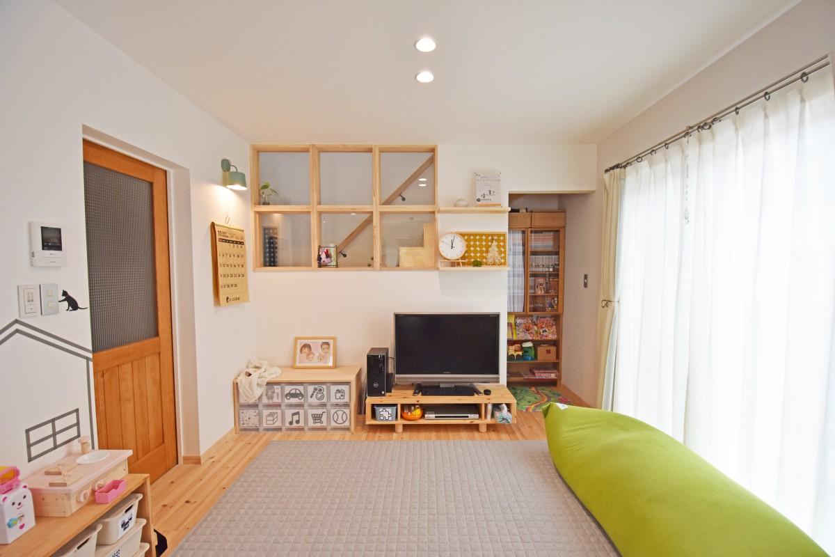 自然と家族の顔が見える位置に、木の枠でできた大きな室内窓を設置。