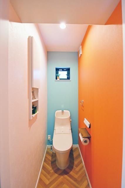 おもちゃの配色を参考にした壁紙で遊び心のあるトイレ