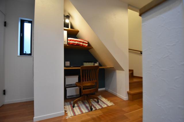 階段下のデッドスペースを本棚や作業スペースに活用