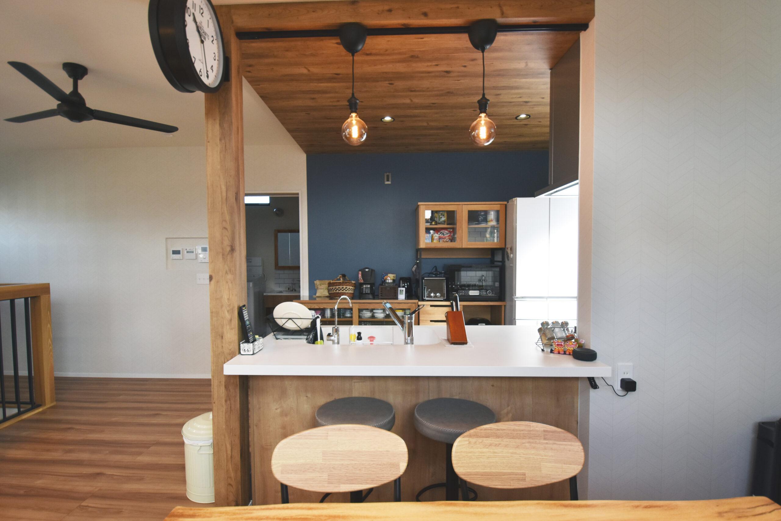 キッチンカウンターは高さを設けずフラットなペニンシュラ型。お掃除が楽になる上に、家族との会話を楽しめてまるでバーのよう。
