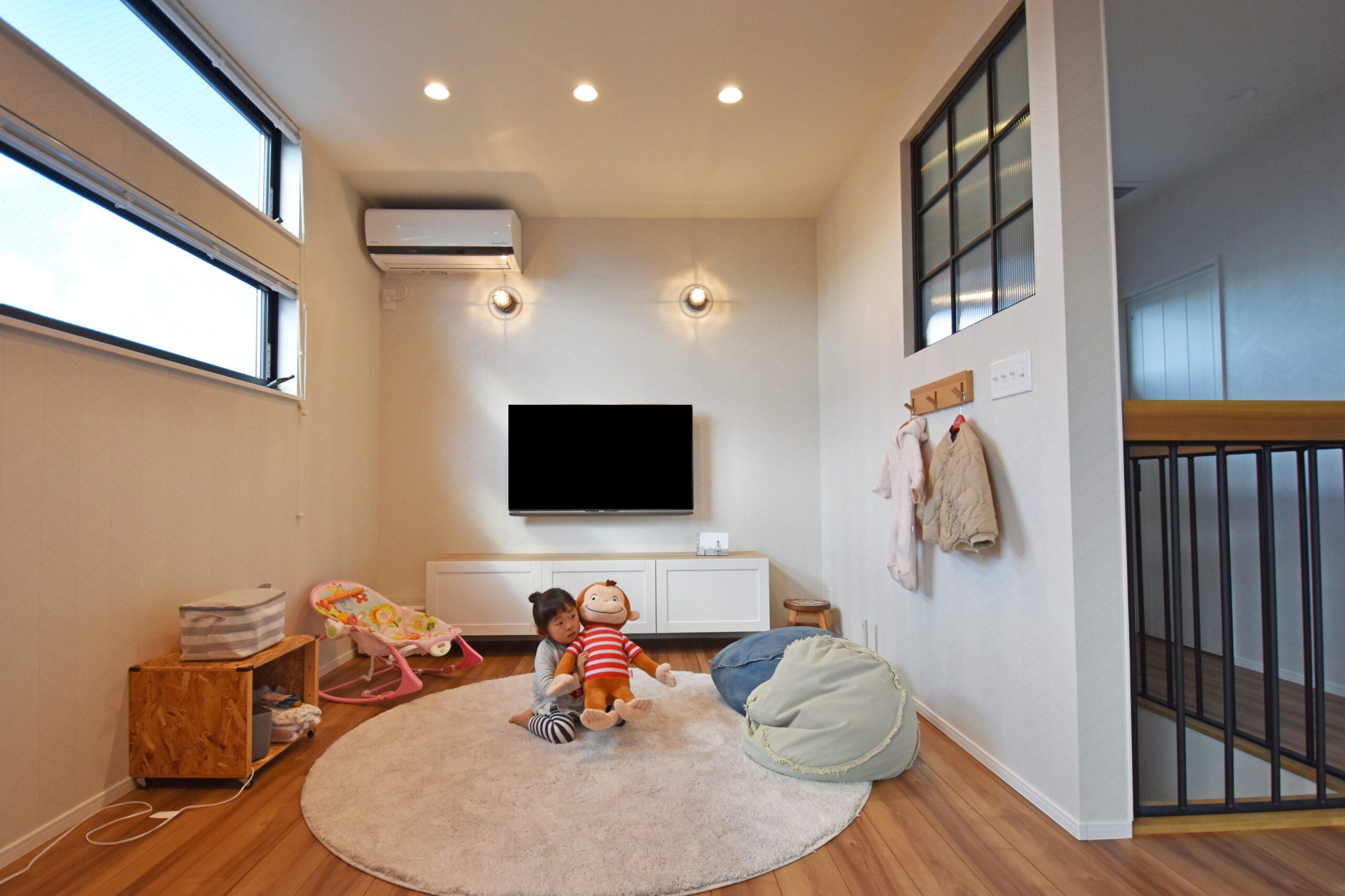 リビングスペースの窓を高い位置に設置し、プライバシーを確保。反対側に室内窓を設けているため開放感のある空間に。