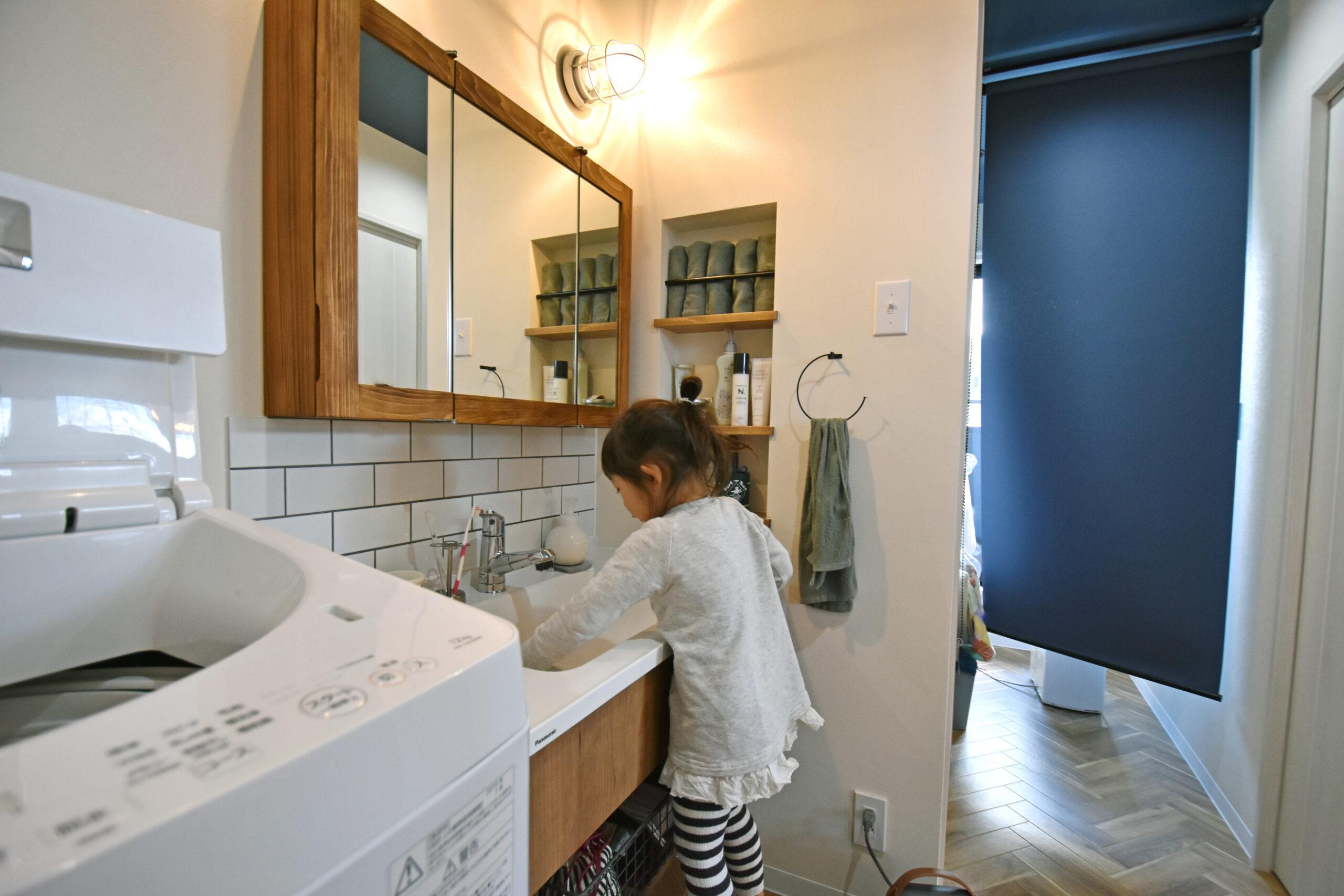 造作洗面台は大工さん手作り。横に広いので親子でならんで歯磨きや手洗いもできちゃう。
