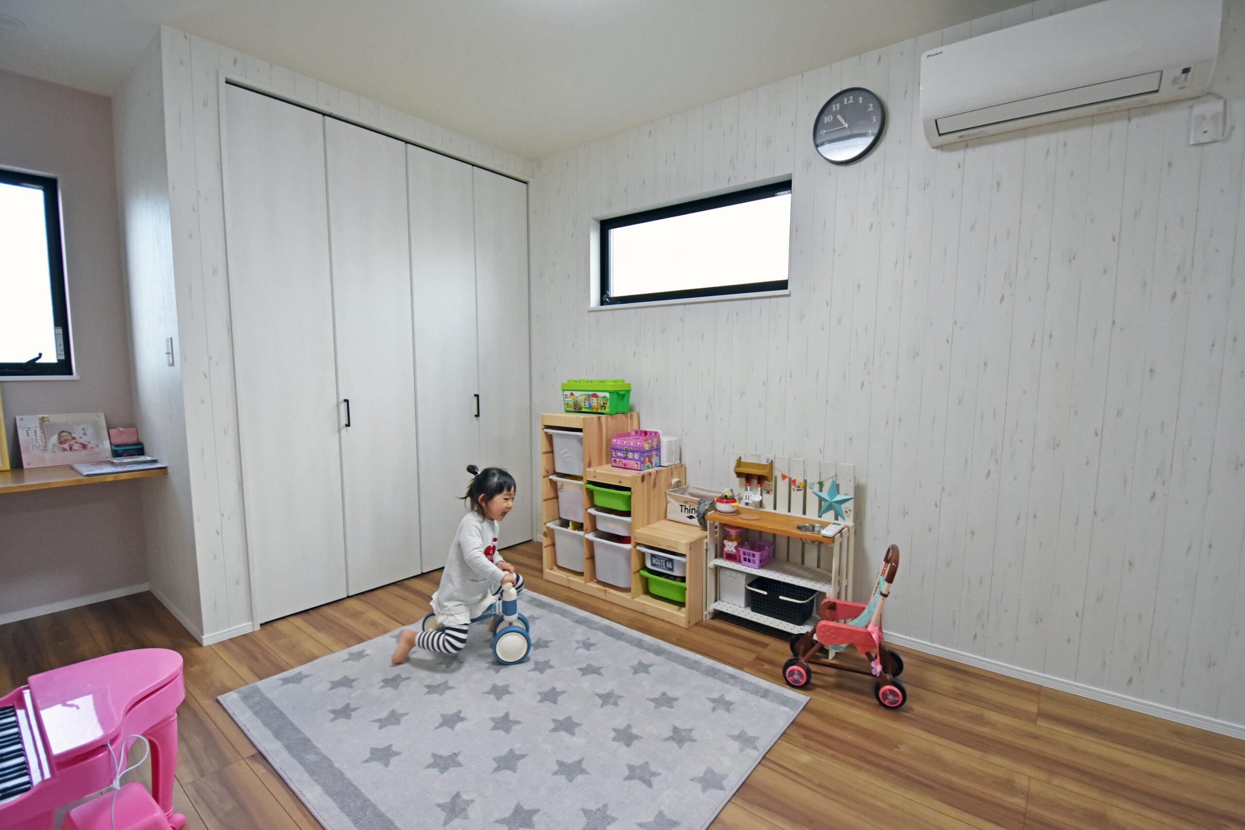 お子様室とご夫婦の居室は1階に。お子様室は将来2つに区切れるように下地が入っている