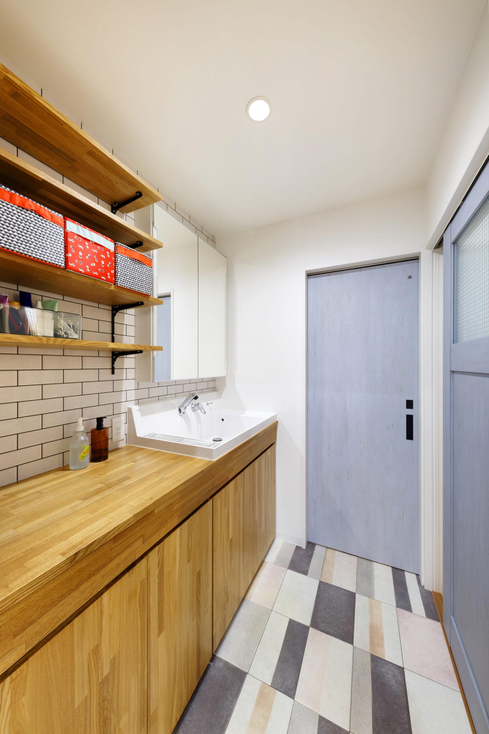 洗面台と横続きの棚を設けることで、ごちゃつかずに使用できる。