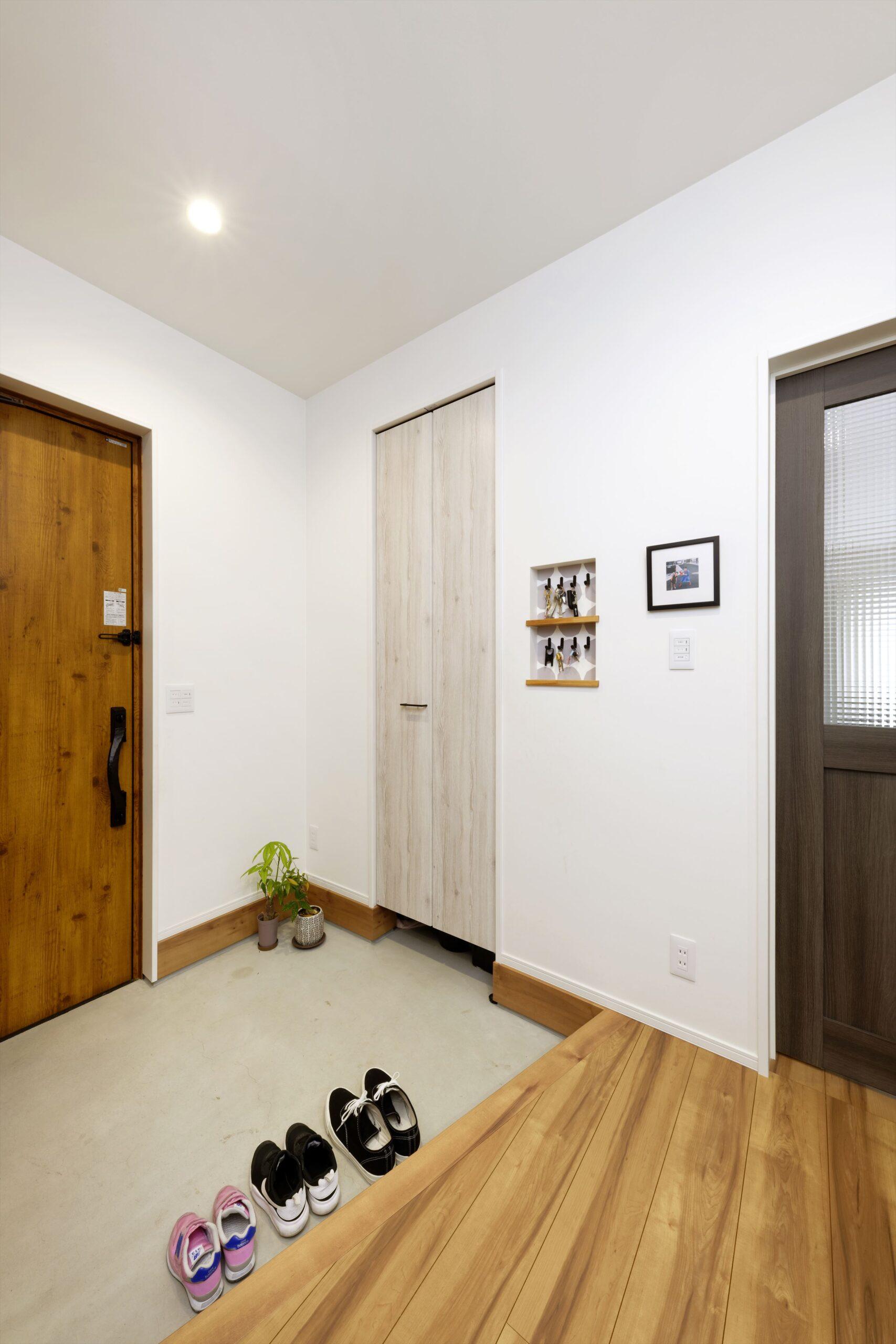 玄関収納には扉を設置。玄関小物もスッキリ収納。