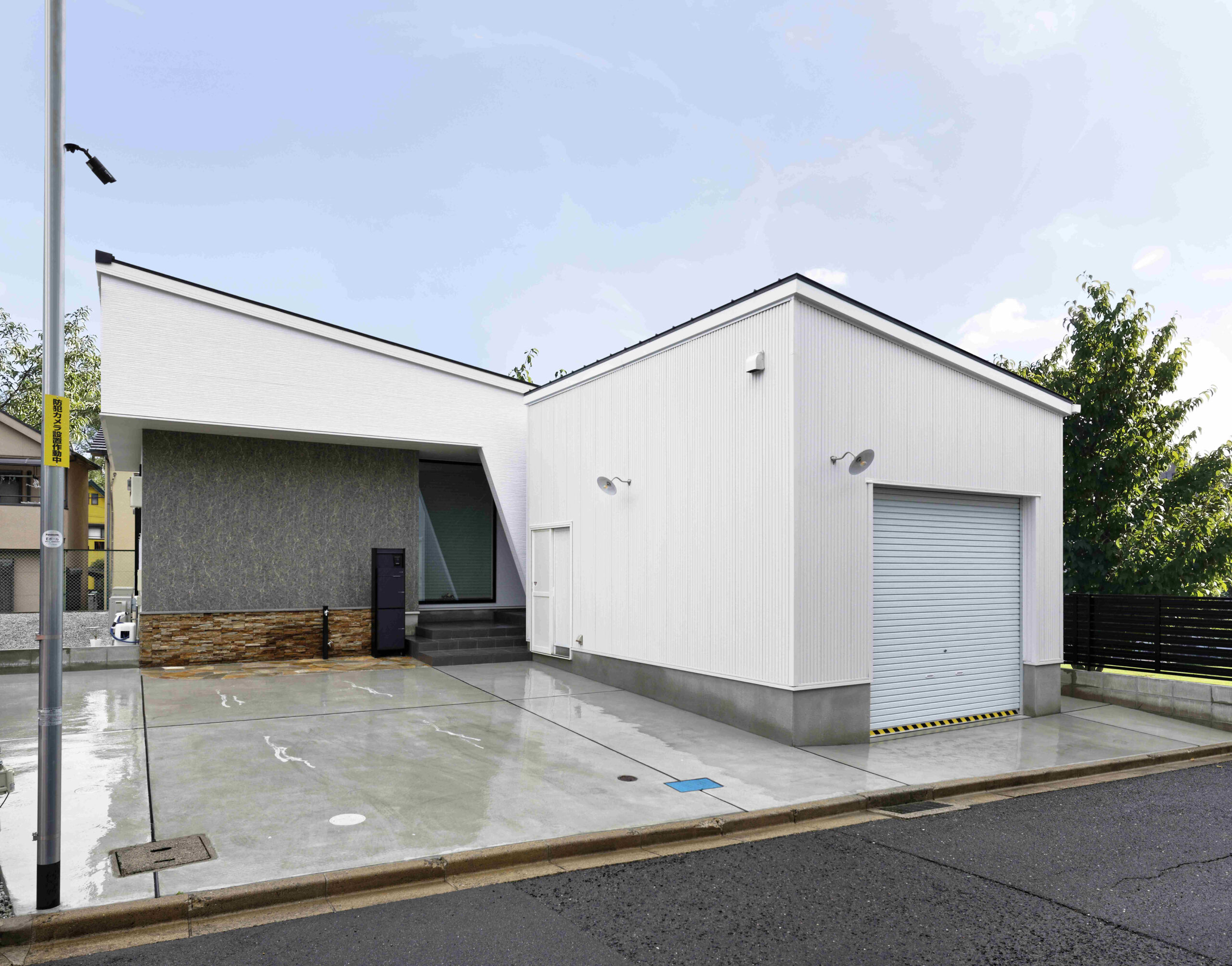 平屋とガレージ。玄関位置、中庭など建物とのつながり感がポイントになります
