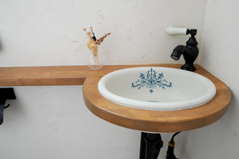 造作の手洗い器。水栓とボウルがアンティーク調でおしゃれ。