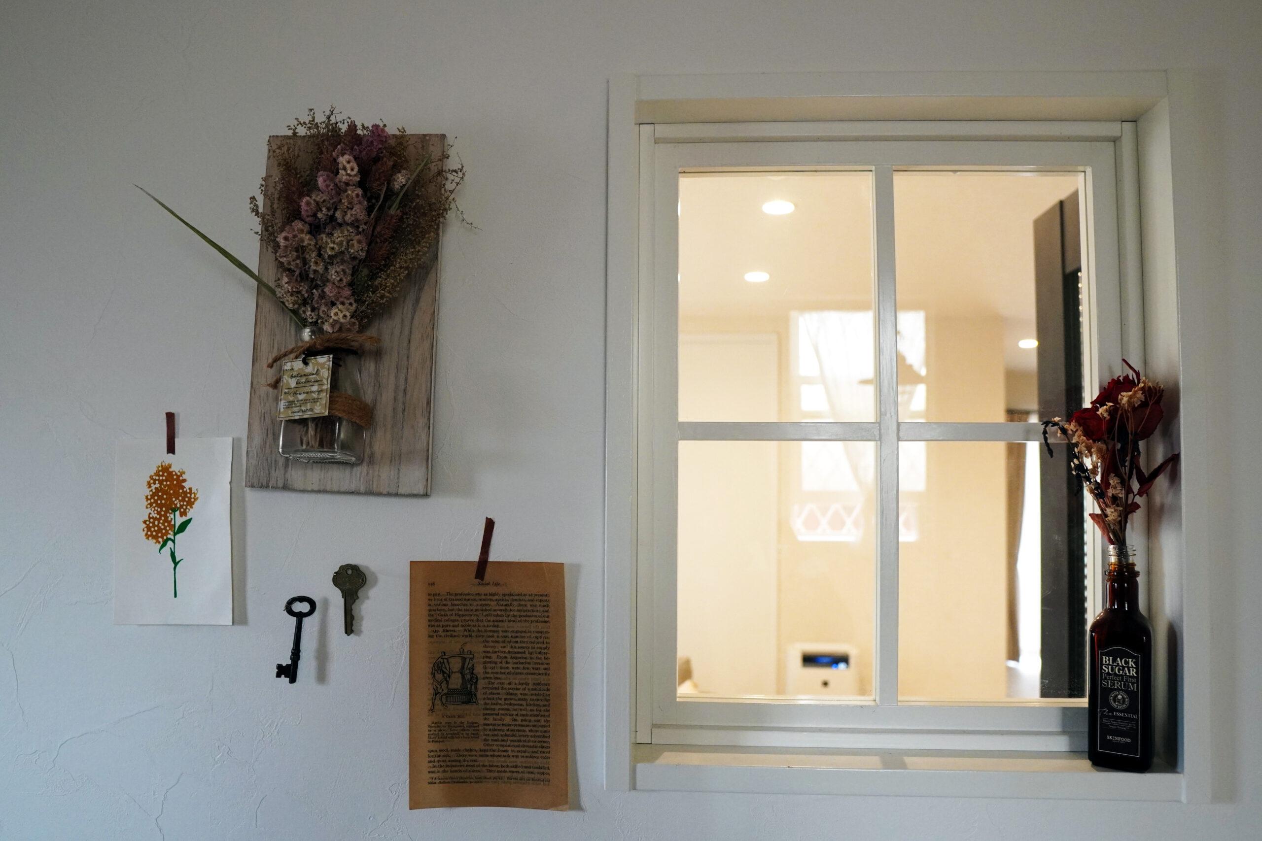 玄関を入ってすぐ左に室内窓が。開放感があり、リビングにいる家族を感じられるようになっている。