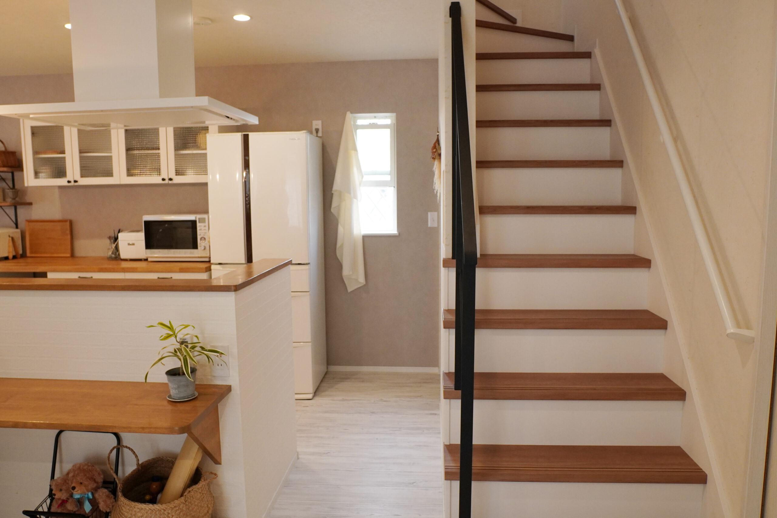 リビング階段を採用。家族が自然と顔を合わせる設計。木目の踏み板とアイアンの組み合わせがおしゃれ。