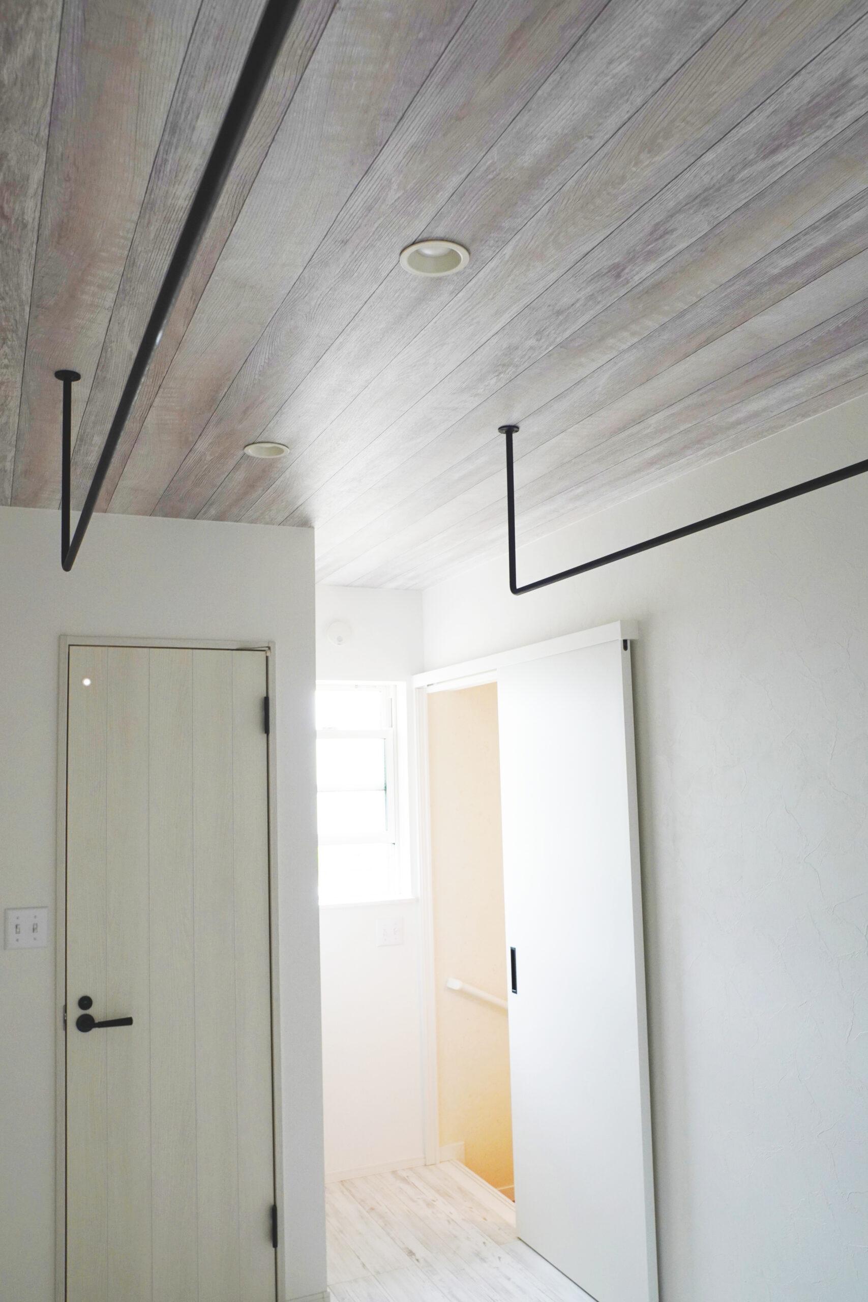 バルコニーにつながる2階ホールには、アイアンのバーを設置した。動線が確保されているので、室内干しもラクチン。