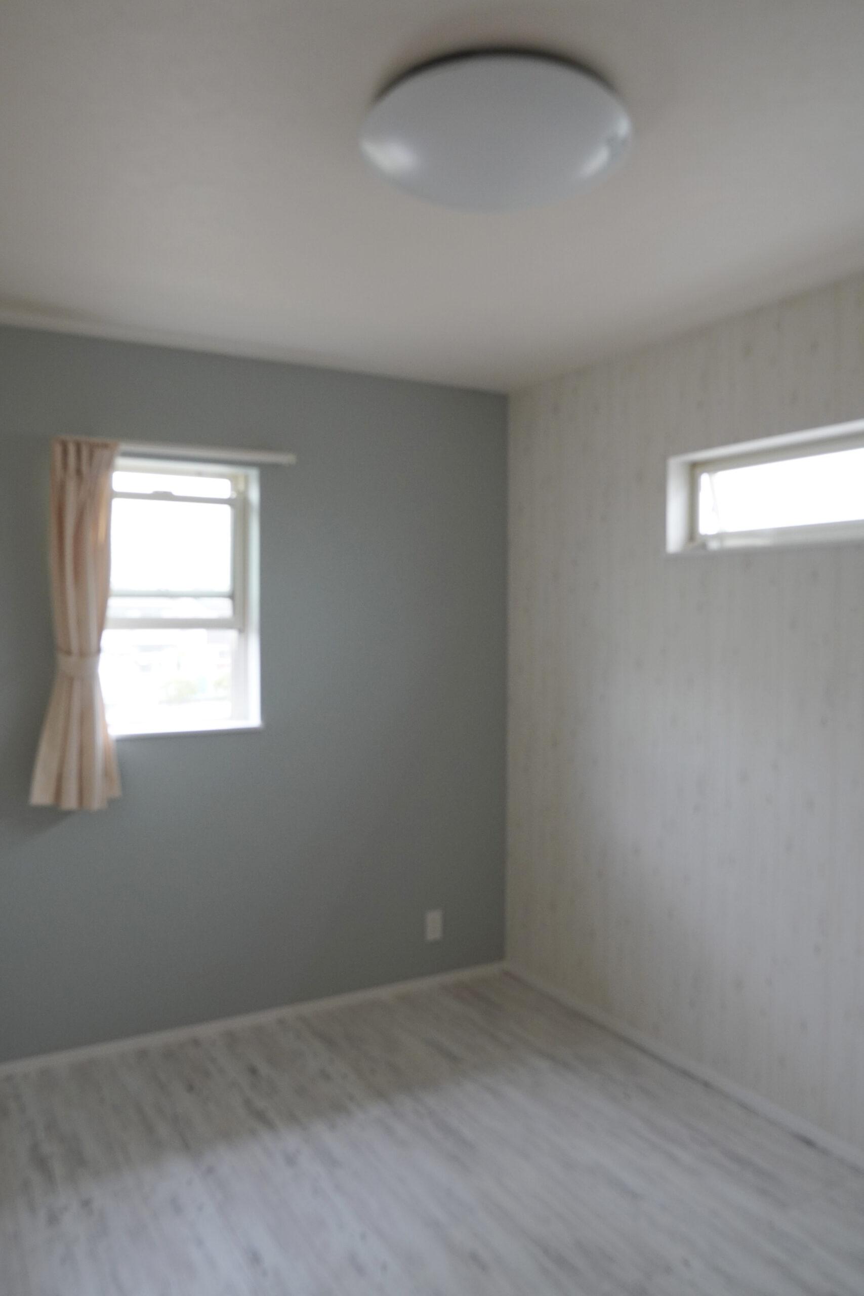 子供室。白を基調として、アクセントクロスで遊び心のある仕上がりに。