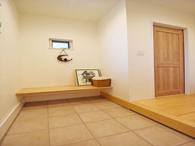 玄関にはちょこっと座れるベンチを設置