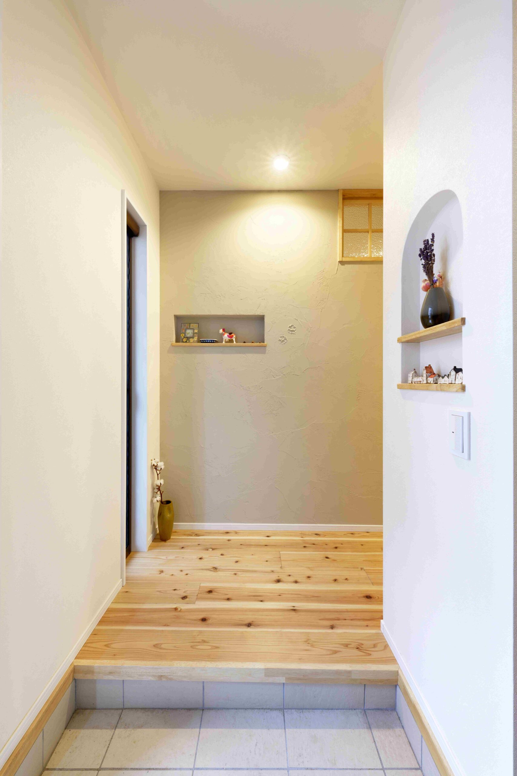 玄関左手の壁は、内装用塗り壁材「ヒッキーウォール」を使用。左官の質感や温かみが感じられる。