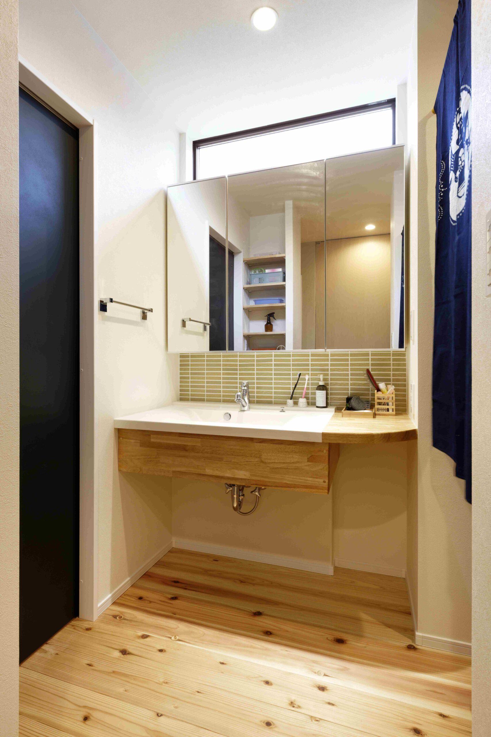 大工さん手作りの造作洗面。右側にスペースを設けたので小物や化粧道具が置ける。