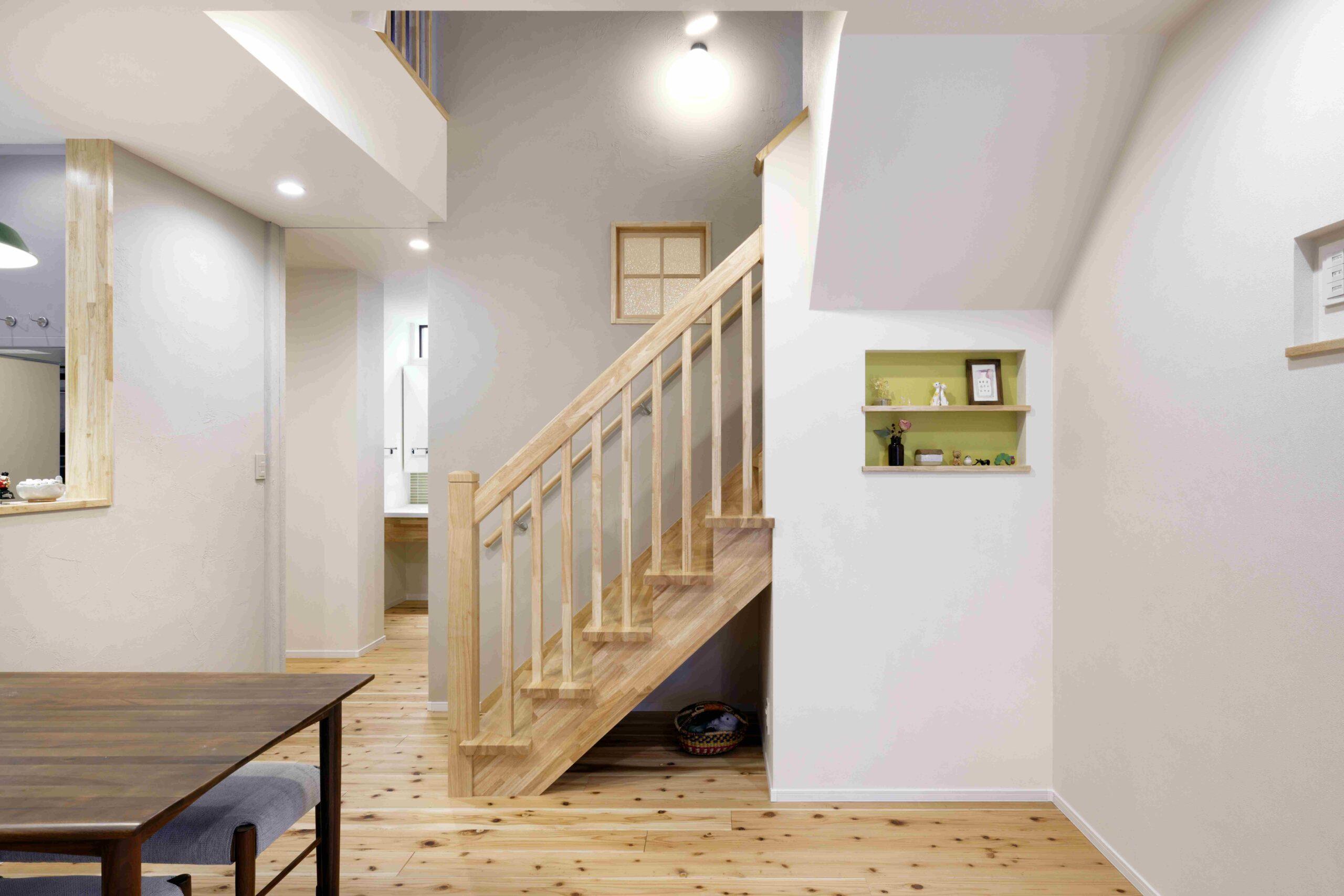 木の素材感がナチュラルなリビングイン階段。「ただいま」が自然と聞こえる、家族の絆を紡ぐ設計。