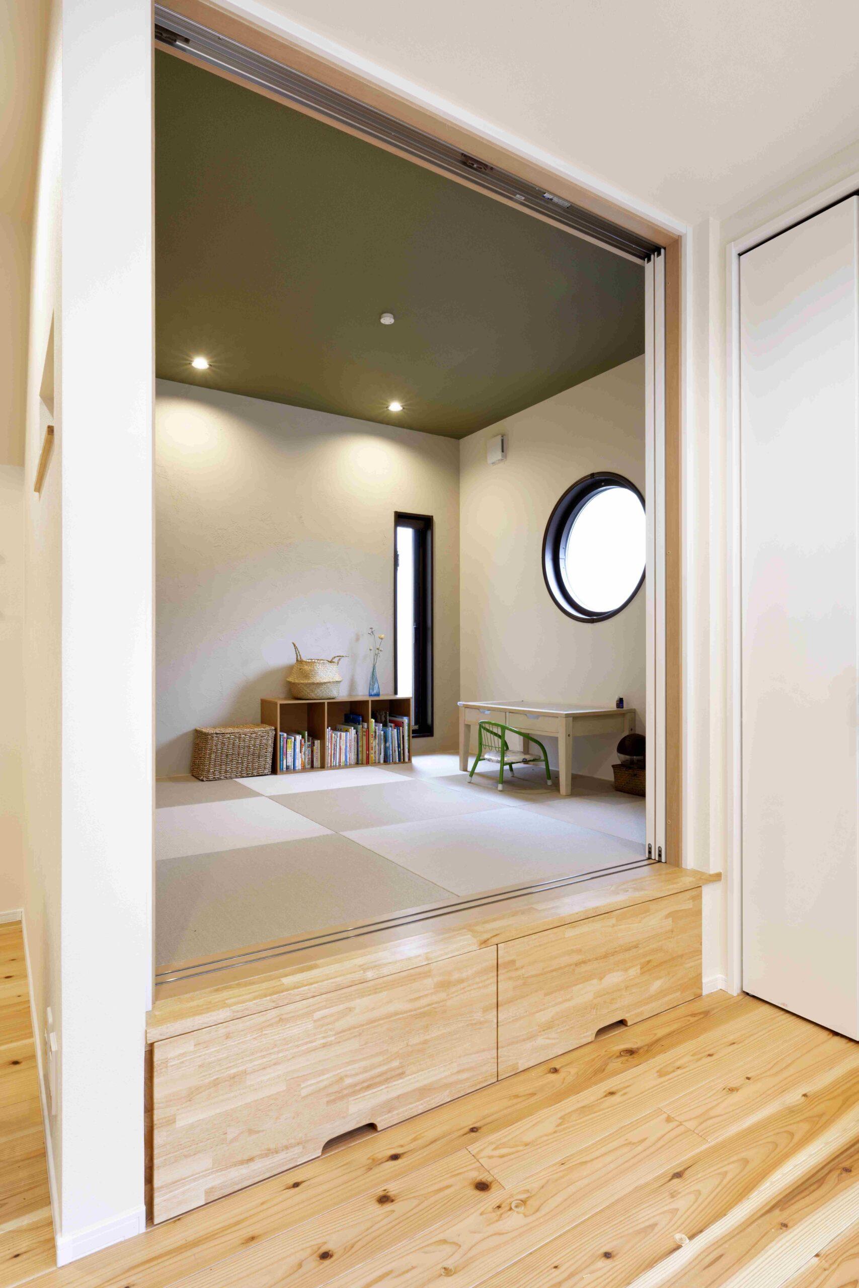 小上がりの畳スペース。ウォールウォッシャーのダウンライトでより明るい空間に。