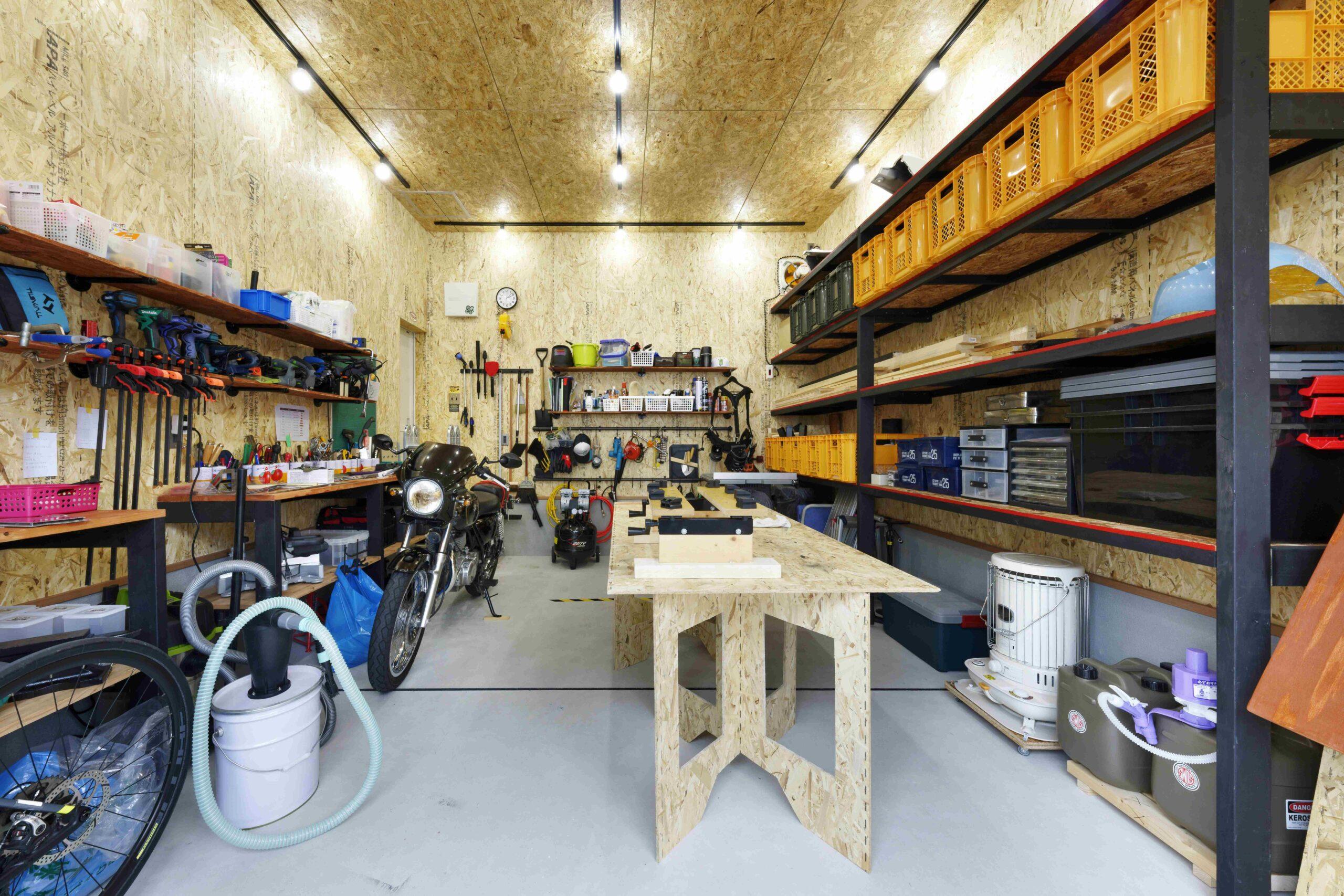 お施主様手作りの棚やバイクが映えるガレージ。広々としているので大きなDIYも楽しめる。