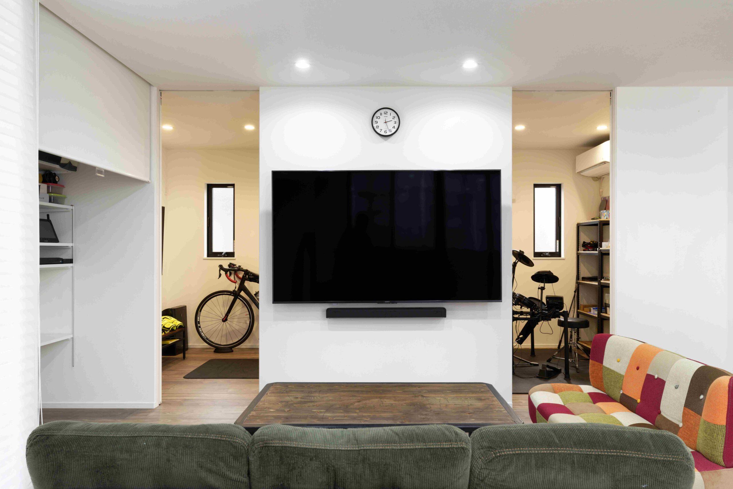 リビングからつながるお部屋には、天井まであるハイドアを採用。扉を開けるとより一体感が感じられます。