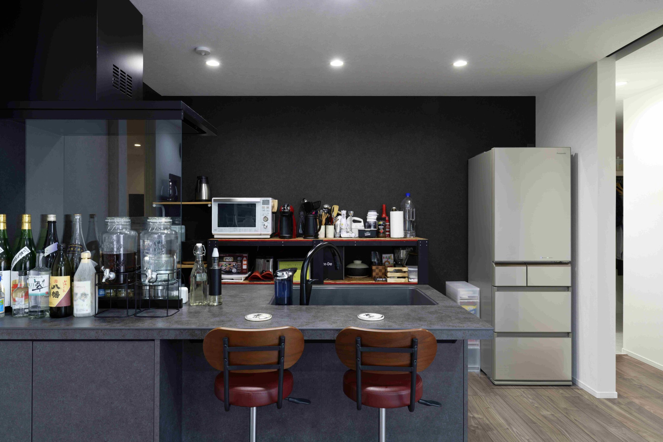 腰壁がないペニンシュラ型のキッチン。お部屋の雰囲気に合わせて黒をご採用。