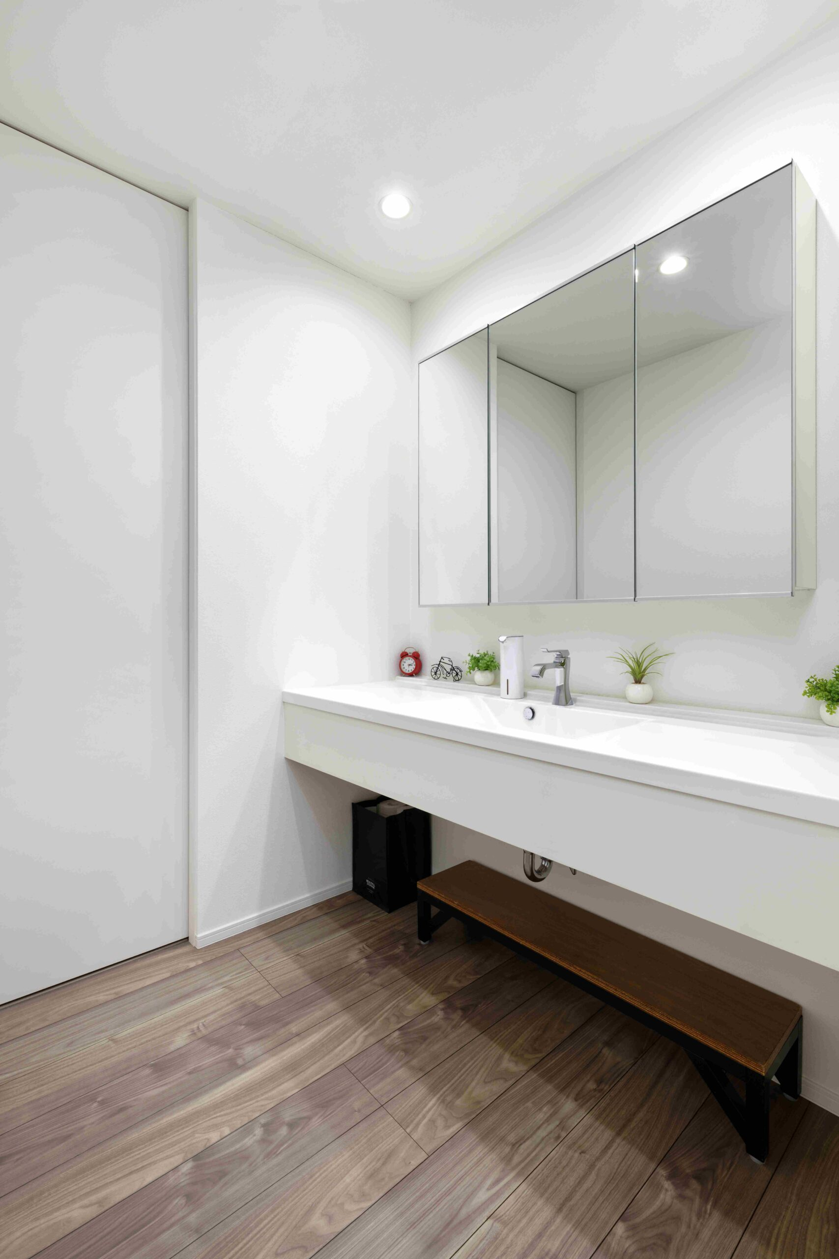 2帖の広々とした洗面室は2人横に並んでもラクラク。
