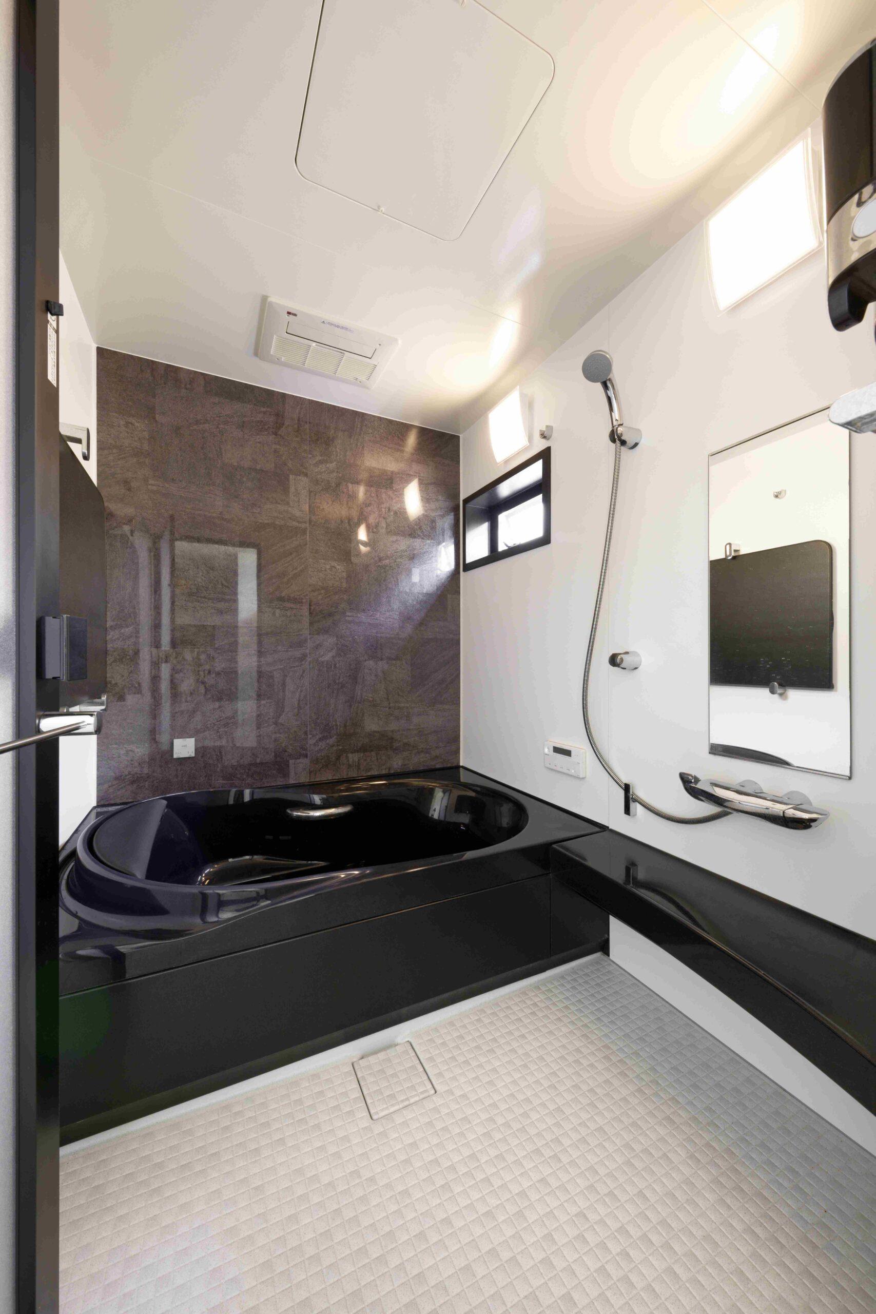 かっこいい黒のバスタブ。高窓でプライバシーにも配慮。