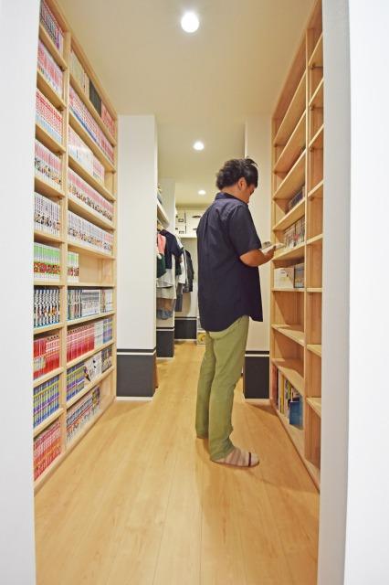 まるでマンガ喫茶のようなたっぷりと本が並べられる本棚