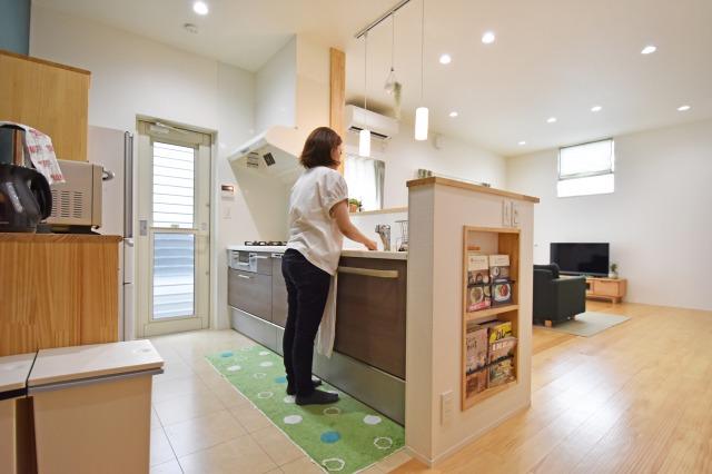 キッチン横を小さな収納として活用