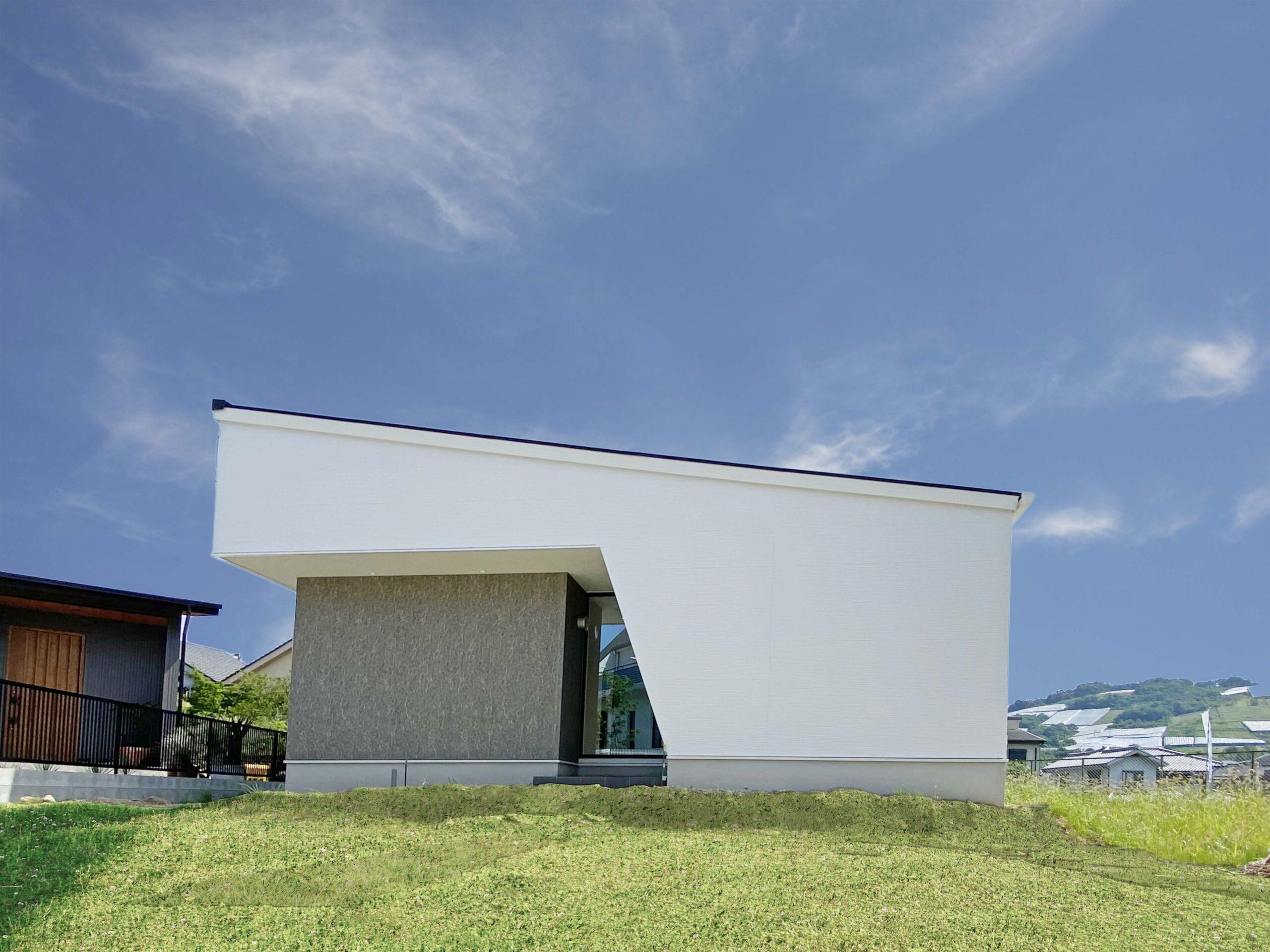 外観は白を基調とした。正面に窓がないのでプライバシーも確保されている。