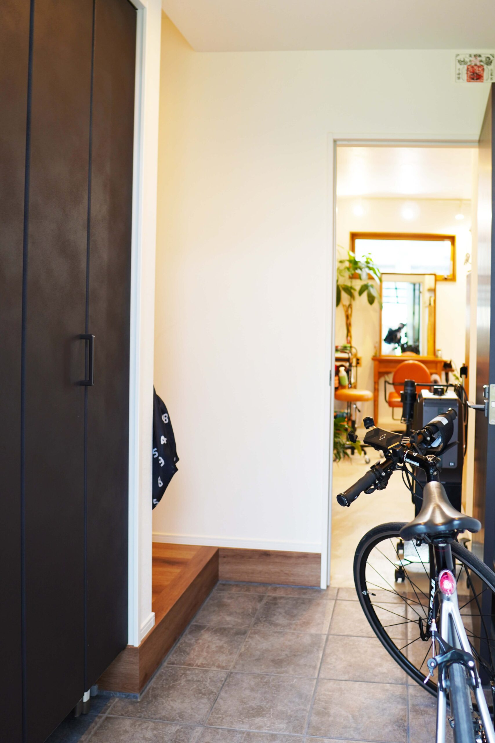 住居部分の玄関。店舗とはアプローチを変えることで、適度な距離感を保っている。