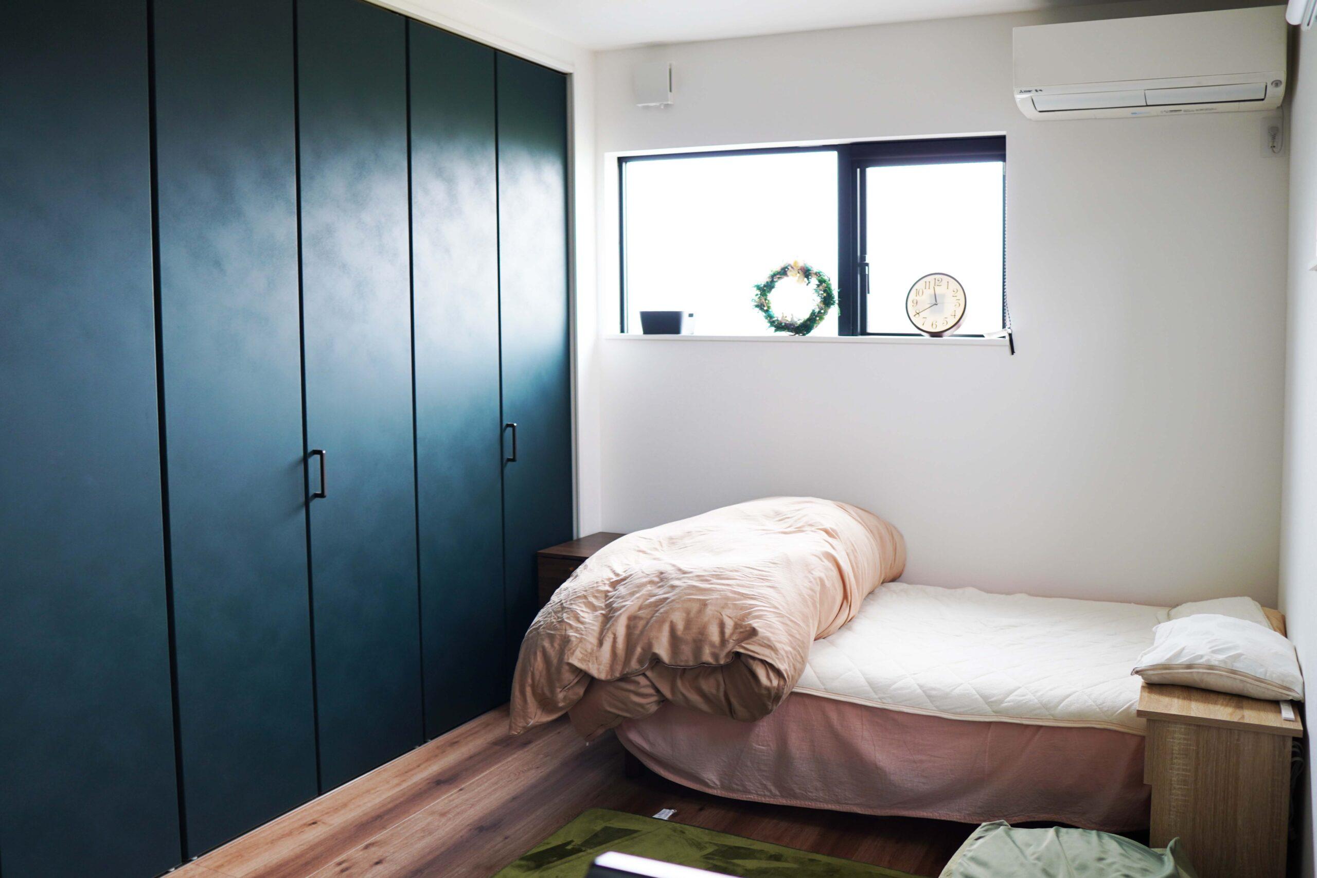 寝室のクローゼットの扉には深い緑を選び、お部屋のアクセントになった。壁一面に収納を設置することで、隣の部屋との防音効果にもなりゆっくりと寛げる寝室に仕上がった。