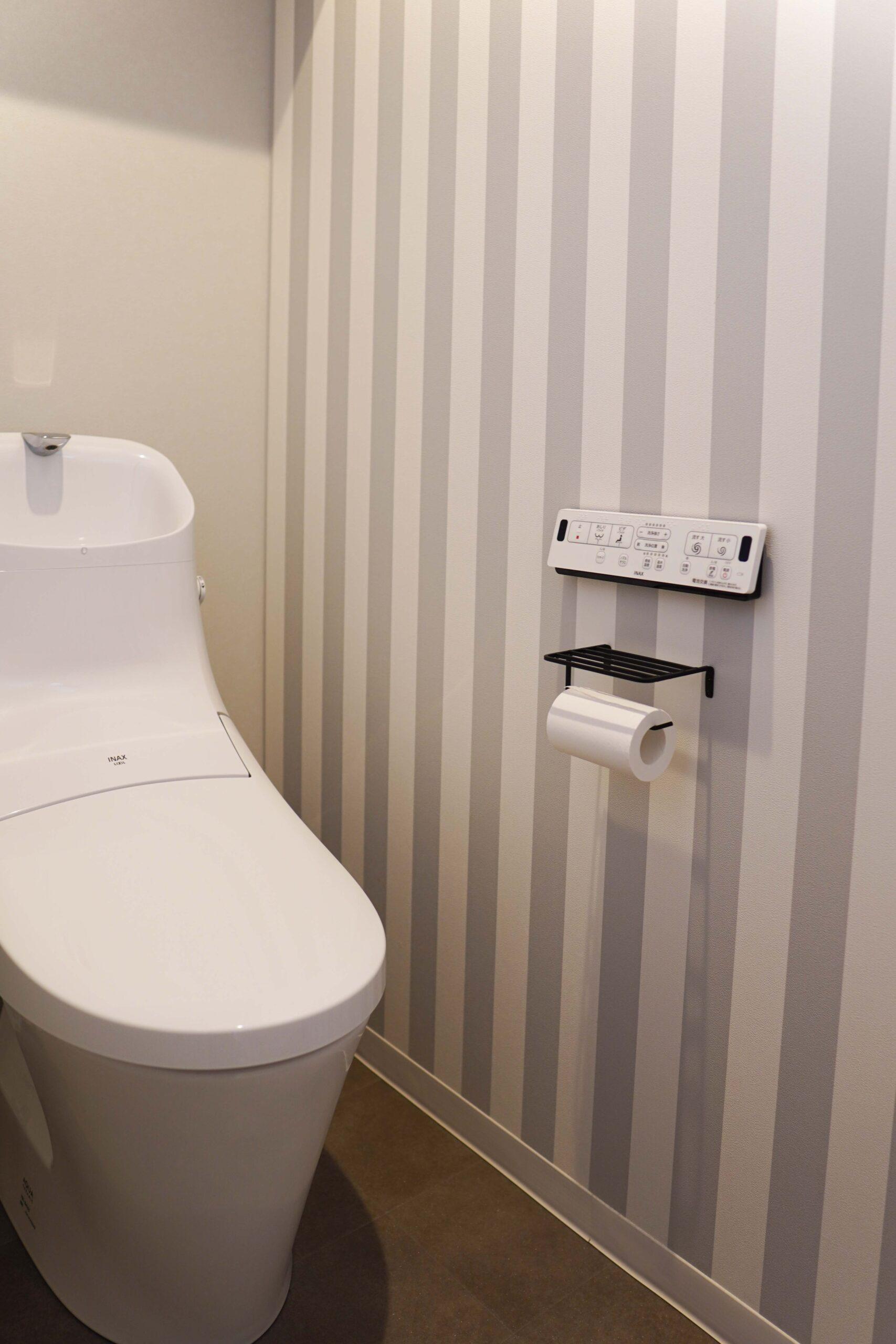 ほかの部屋とは印象の異なる、ポップなストライプ柄のアクセントクロスを採用。