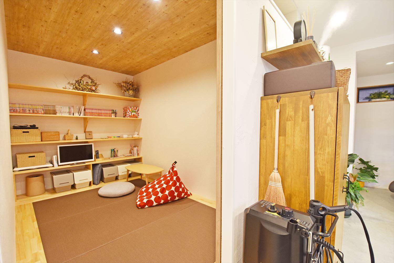 着付け室には縁なしの畳を敷いて、天井は木目調のクロスを使用した。壁一面に収納を設け、すっきりとした印象に。お子様が遊んだりお昼寝もできるキッズスペースとしても使うことができる。