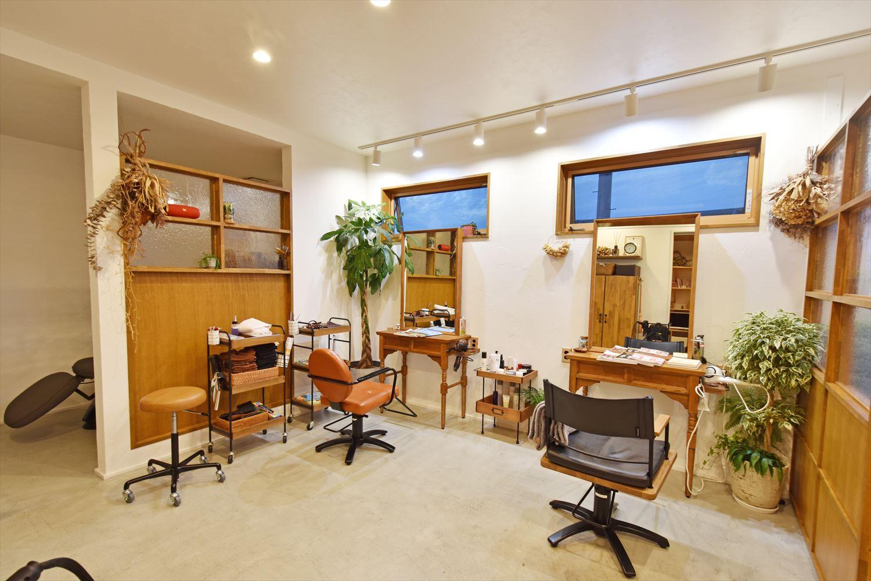 自然素材をふんだんに使用した 適度な距離感を保てる心地いい店舗併用住宅